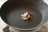 オリーブオイルとにんにく、アンチョビ、赤唐辛子を炒める。