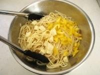 調味液にパスタ、パプリカ、クリームチーズを入れる