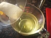 シロップを電子レンジにかけ、粉ゼラチンを加える