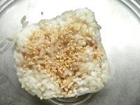 ご飯に醤油と白ゴマを混ぜて丸く握る