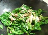 小松菜と塩を入れて炒める