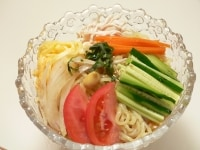 中華麺を茹でて盛りつける