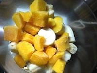 マンゴーとバナナを撹拌する