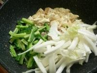 豚肉が白くなったらゴーヤと白菜を入れて炒める