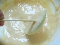 りんごに衣をつけて油で揚げる