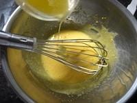卵黄にグラニュー糖、バターを加える