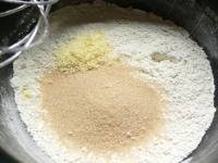 砂糖、粉チーズ、塩を混ぜる