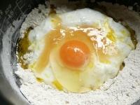 ヨーグルト、卵、蜂蜜、油を入れる