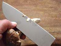 松茸の下ごしらえ1: 根元を削る