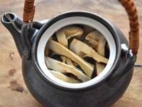 土瓶に松茸を入れる