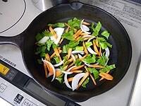 野菜は薄切りにして合わせる。半分を鍋の底に敷く