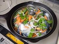 残りの野菜を乗せ、蓋をして弱火で蒸し煮