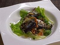 生野菜と盛り付けバルサミコ酢をかける