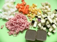 米をといで、材料を切る