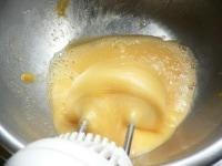 卵と砂糖を湯せんにかけて泡立てる