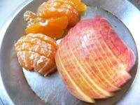 りんごは芯をくり抜いて薄切りにし、みかんは皮をむいて切る