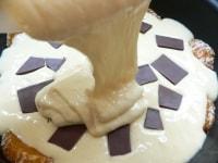 生地を半分流し入れ、チョコを並べて残りの生地を入れる