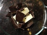 バターとチョコレートを溶かす