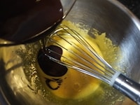溶かしたチョコレートを卵黄に混ぜる