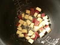 内釜にさつま芋とグラニュー糖を入れて混ぜる
