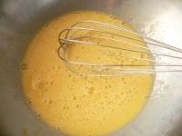 卵を溶きほぐし、牛乳を加えて混ぜる