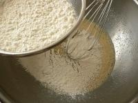 薄力粉とベーキングパウダーをふるい入れ、砂糖と塩を混ぜる