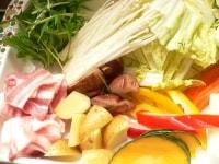 野菜と肉を切る