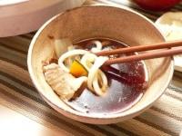 つけ汁に削り節、ねぎ、七味を入れて食べる