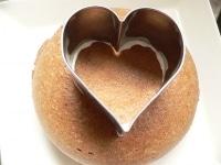 ケーキの真ん中にハート型で印をつける
