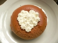 ホイップクリームをハート形に絞る