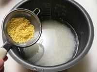 もちきびをのせて米を炊く
