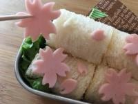 パンに桜の花をつけていきます