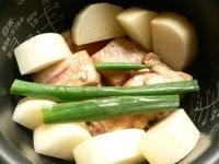 肉、大根、ネギ、生姜、だし、酒を入れて炊く