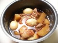 調味料とゆで卵を入れて普通コースで炊く