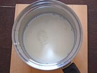 鍋に牛乳とグラニュー糖を入れて加熱する:1