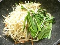 硬い野菜から炒めていく