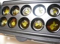 たこ焼き器にニンニク、赤唐辛子、オリーブオイルを入れて加熱