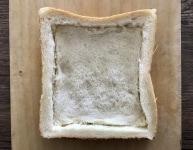 食パンで土台を作る