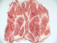 豚肉の端を重ねて並べ、塩こしょうする