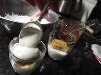 ヨーグルトクリームとビスケットを重ねる