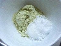 きな粉を調合して餅にまぶす