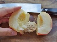 桃を切り分けてから皮を剥く方法3