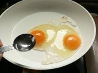 卵白が白くなってきたら水を回し入れる