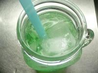 シロップを入れ、炭酸水を注ぐ