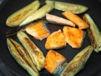 鮭となすを焼く