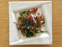 海藻サラダを切る