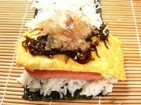 海苔、ご飯、スパム、玉子焼き、昆布、鰹節を重ねる