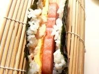 海苔、ご飯、スパム、玉子焼き、明太子マヨを重ねて折る