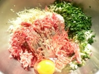 野菜を刻み、調味料と混ぜあわせる