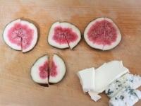 イチジクとチーズをカットする